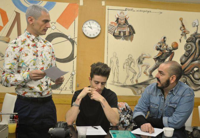 Los diseñadores preparan la conferencia. David Delfin, Pelayo Díaz y Juan Duyos. Fotografía de Rocío Pastor Eugenio.