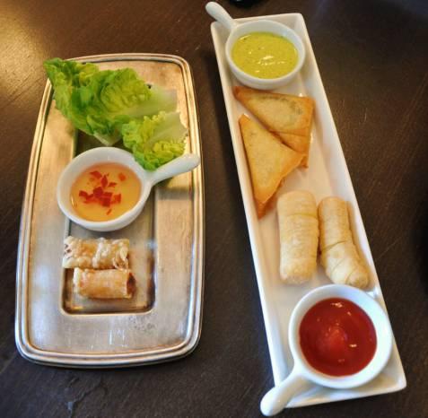 Rollito de gambas con salsa de pimiento, pequeños de queso y somosa con salsa de curry. Fotografía de/ por Rocío Pastor Eugenio. WOMANWORD