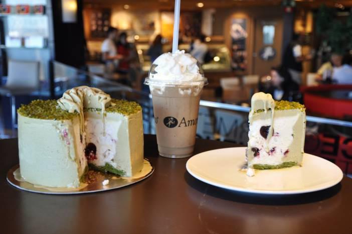 Tarta helada de pistacho y Expreso Frappé. Fotografía de/ por Rocío Pastor Eugenio. WOMANWORD