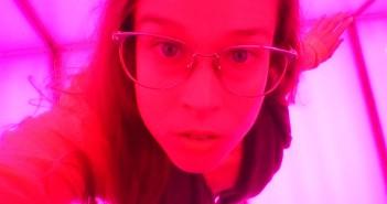 Selfie dentro de una caja rosa WOMANWORD